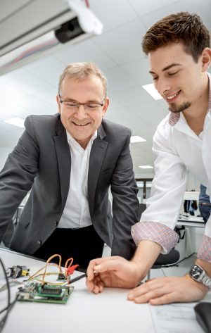 With his team, Stephan Wald (left) researches new, integrated solutions for the heating sector. (Photo | Christa Henke)